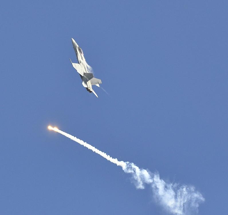 f-18-hornet-a-klamne-cile-1.jpg