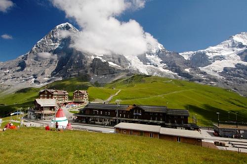 Kleine Scheidegg a Eiger, v pravo sedlo Jungfraujoch